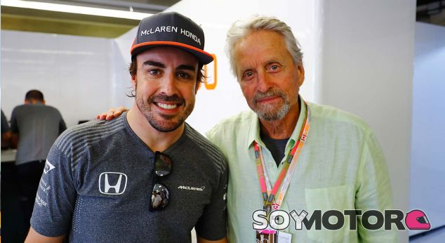 """Michael Douglas: """"Creo que Alonso está en su último año"""" - SoyMotor.com"""