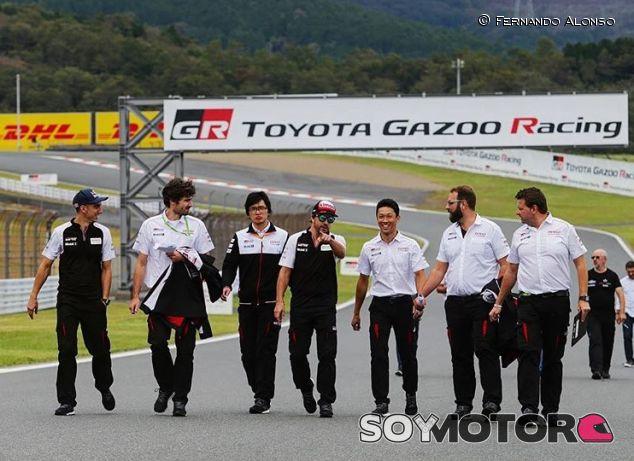 Fernando Alonso y miembros de Toyota en Fuji - SoyMotor.com