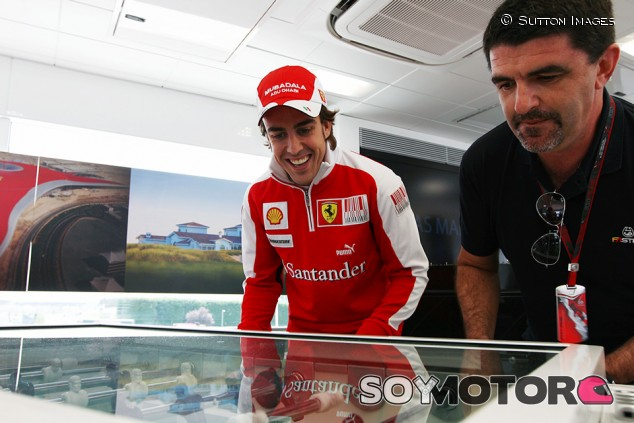 """Alonso recuerda Sudáfrica 2010: """"Vivimos el gol de Iniesta en el motorhome de Ferrari"""" - SoyMotor.com"""