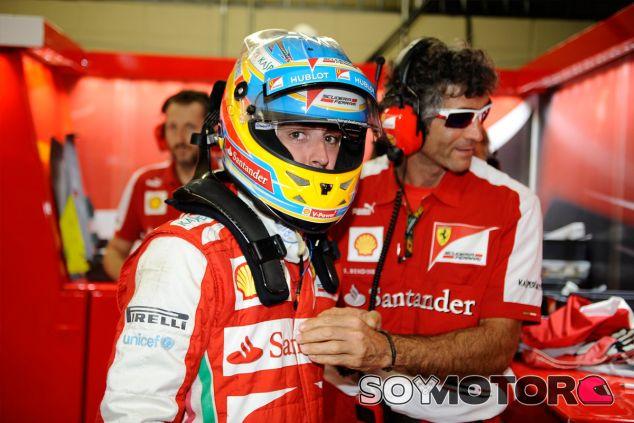 Fernando Alonso en el box de Ferrari en Brasil - LaF1