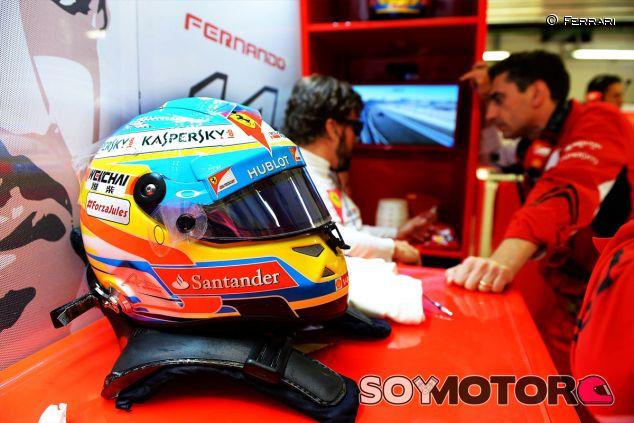 Fernando Alonso y Andrea Stella en el box de Ferrari - LaF1