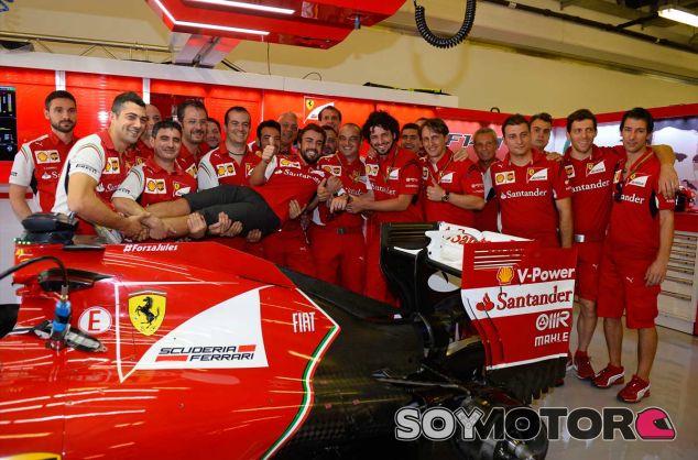Fernando Alonso con sus mecánicos - LaF1