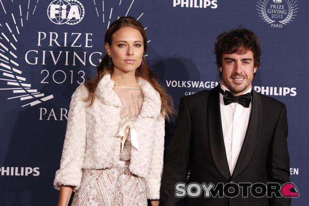 Fernando Alonso junto a Dasha Kapustina, ayer en París - LaF1