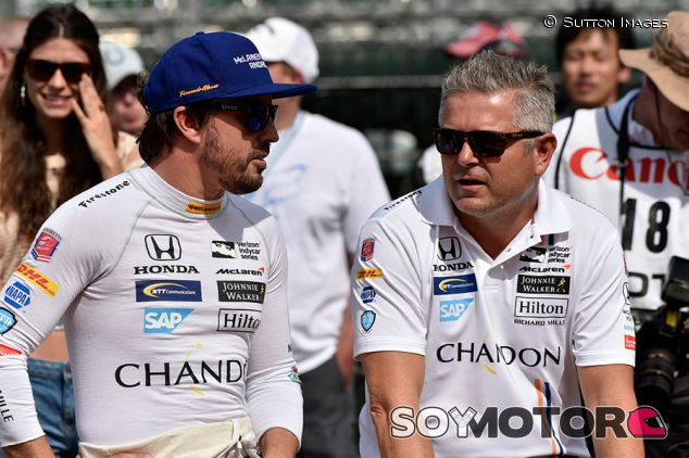 Fernando Alonso y Gil de Ferran en Indianápolis - SoyMotor.com