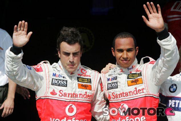 Alonso y Hamilton durante un GP en la temporada 2007 - SoyMotor.com