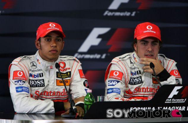 Hamilton y Alonso en la rueda de prensa posterior a la polémica clasificación del GP de Hungría de 2007 - SoyMotor