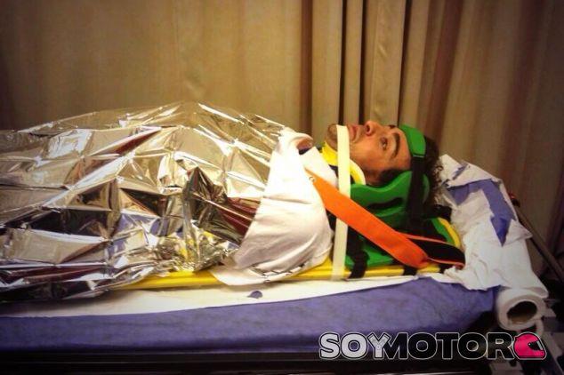 Fernando Alonso durante el chequeo en el hospital de Abu Dabi - LaF1