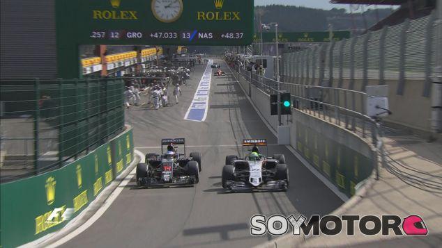 Fernando Alonso en paralelo con Nico Hulkenberg a la salida del pitlane - LaF1