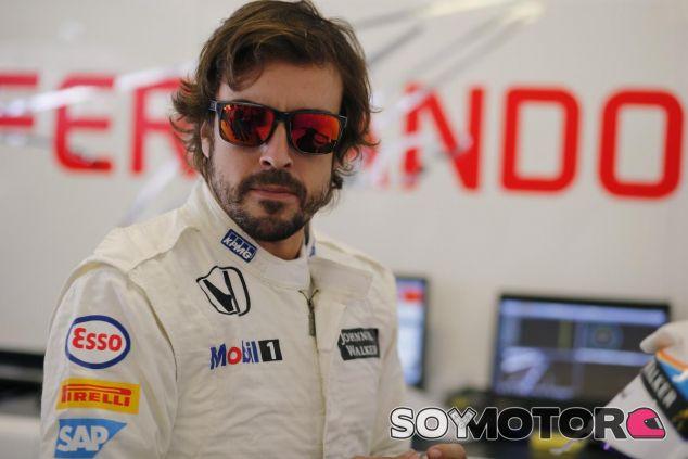 Fernando Alonso en el box de McLaren durante el GP de Hungría - LaF1