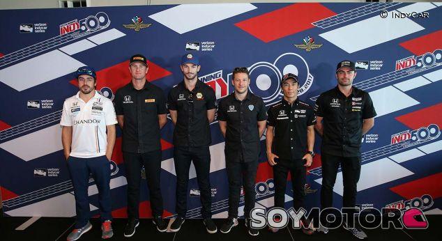 """Alonso: """"Lo más sorprendente es ver a los aficionados en el garaje"""" - SoyMotor.com"""