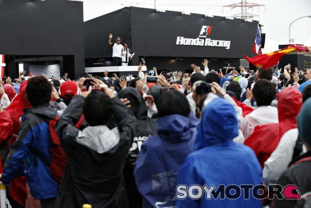 Fernando Alonso saludando a la siempre apasionada afición japonesa - LaF1