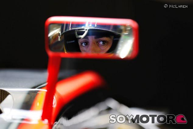 Fernando Alonso reflejado en el retrovisor del MP4-30 durante los test de Jerez - LaF1