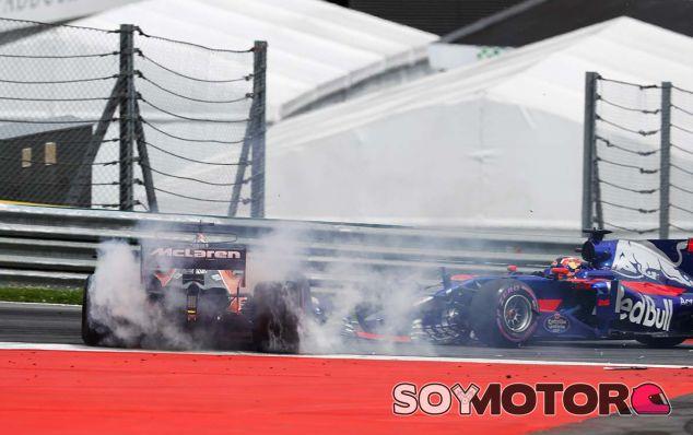 """Alonso, fuera en Austria: """"Me tocaron y arruinaron mi carrera"""" - SoyMotor.com"""