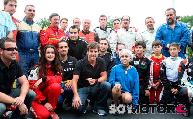 Fernando Alonso posa junto a Almudena