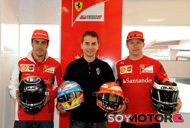 Lorenzo intercambia cascos con Alonso y Räikkönen - LaF1.es