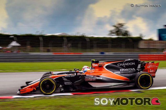 Fernando Alonso y Kevin Magnussen en Sepang - SoyMotor.com