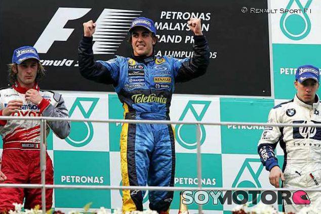 Fernando Alonso celebrando la segunda victoria de su carrera en Malasia 2005 - LaF1.es