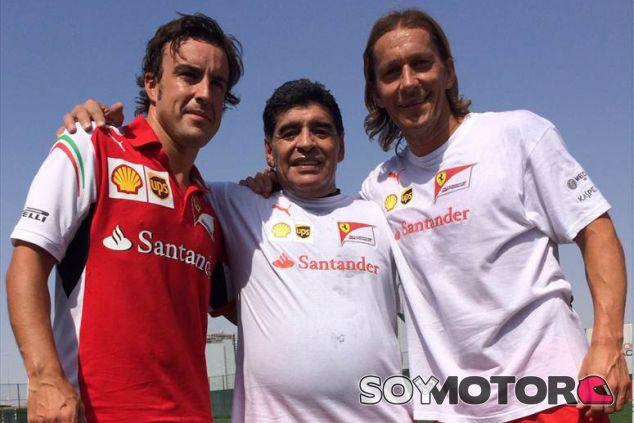 Fernando Alonso junto a Diego Armando Maradona y Míchel Salgado - LaF1
