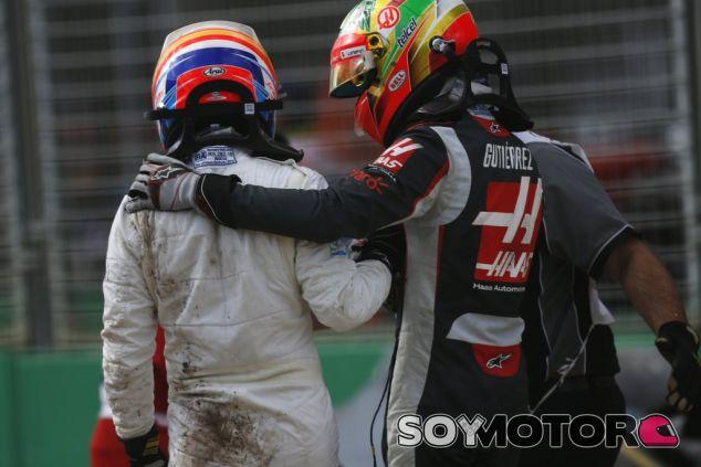 Fernando Alonso y Esteban Gutiérrez tras el accidente - LaF1