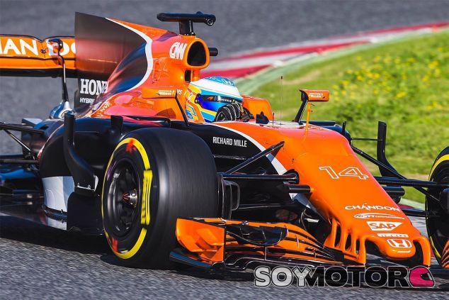 Fernando Alonso durante el filming day de McLaren - SoyMotor