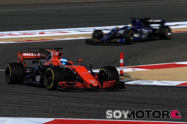 Alonso luchó con Sauber y Renault en Baréin - SoyMotor.com