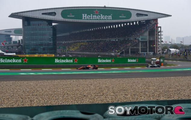 Alonso y Bottas pelearon por la séptima posición - SoyMotor