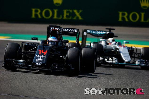 Alonso y Hamilton coincidieron durante varias vueltas durante la carrera del GP de Bélgica - LaF1