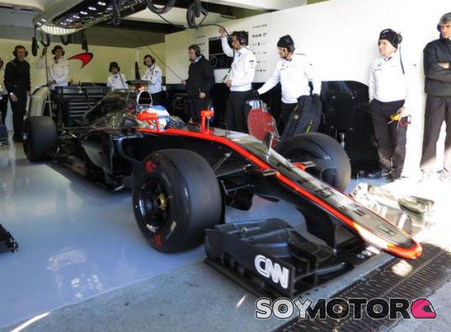 El MP4-30 saliendo del box de Mclaren en Jerez - LaF1.es