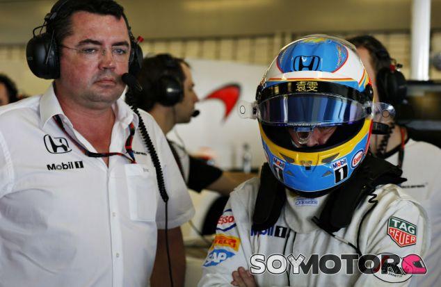 Fernando Alonso y Eric Boullier en Abu Dabi - LaF1