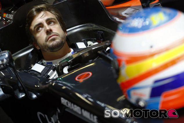 Alonso permanecerá en McLaren un año más, según Briatore - SoyMotor