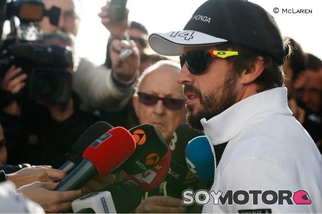 Fernando Alonso atendiendo a la prensa en Jerez - LaF1