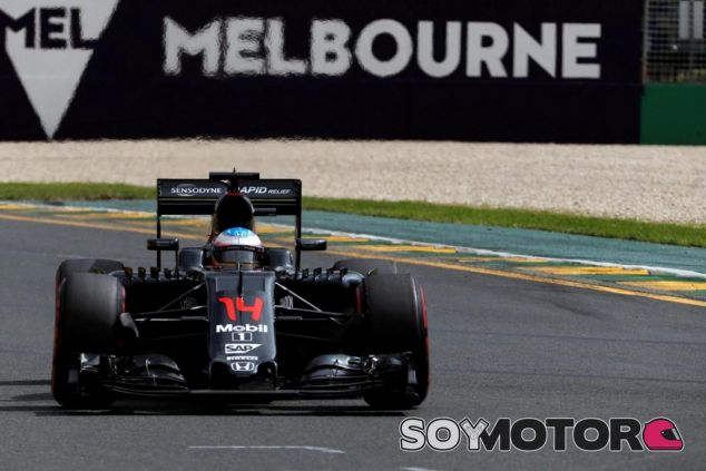 Fernando Alonso recibe ánimos de su rival, Lewis Hamilton - LaF1