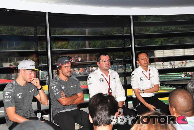 El equipo McLaren en su rueda de prensa del sábado - SoyMotor
