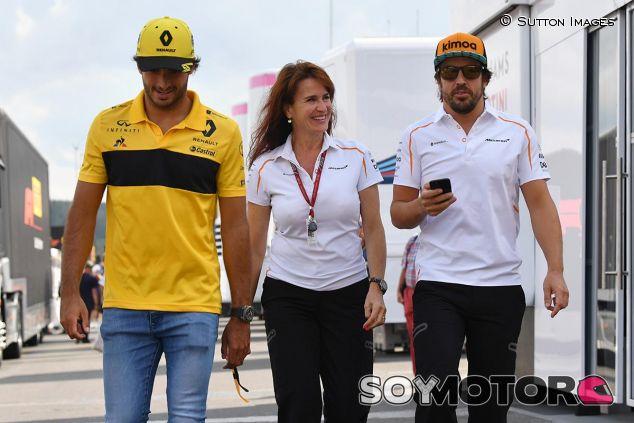 Carlos Sainz y Fernando Alonso con Silvia Hoffer - SoyMotor
