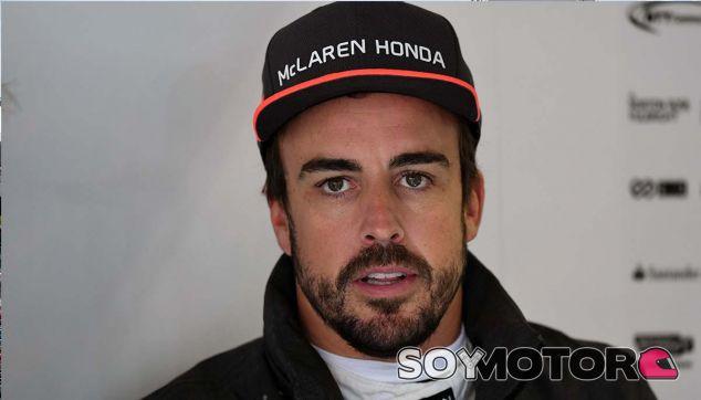 """Luyendyk a Alonso: """"No te confíes demasiado o acabarás en el muro"""" - SoyMotor.com"""