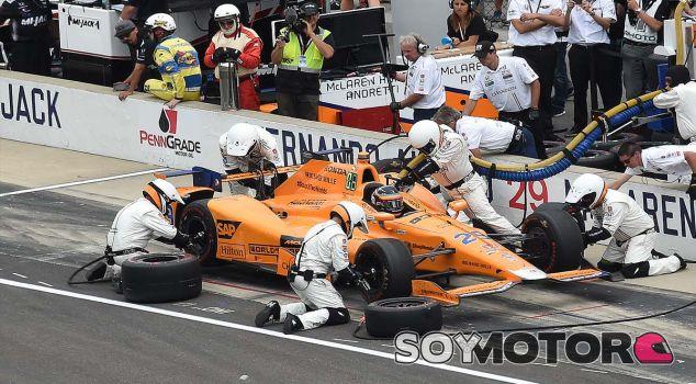 """Alonso abandona en Indianápolis: """"Nos merecíamos acabar"""" - SoyMotor.com"""