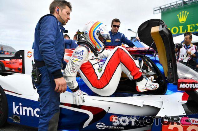 Fernando Alonso se sube al Ligier JS P217 en Daytona - SoyMotor.com