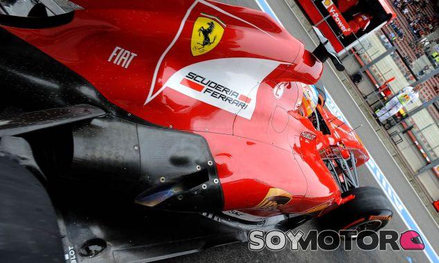 Fernando Alonso sale de boxes en Spa - LaF1