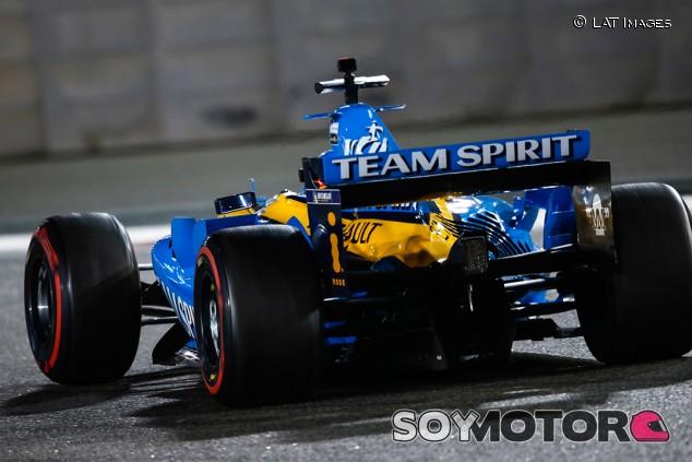 Alonso sorprende con sus tiempos al volante del Renault R25 en Abu Dabi - SoyMotor.com
