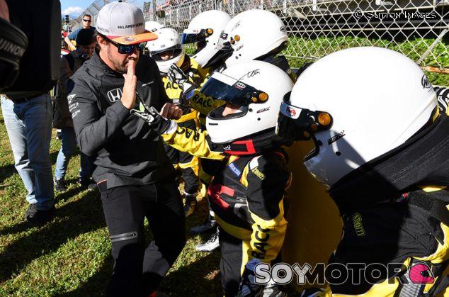 Fernando Alonso saluda a los cadetes del karting del RACC - SoyMotor.com