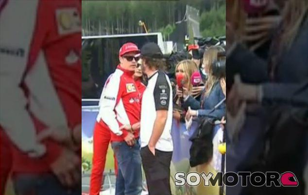 Alonso ha interrumpido sus entrevistas televisivas para ir a buscar a Räikkönen - LaF1
