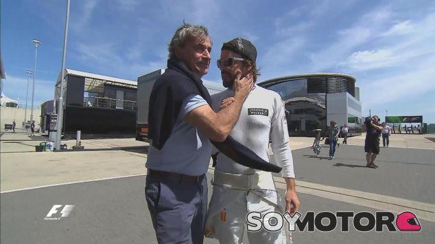 El momento de la conversación entre Carlos Sainz Sr. y Fernando Alonso - LaF1
