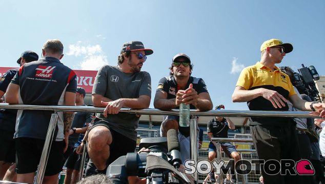 Fernando Alonso y Carlos Sainz en Bakú - SoyMotor.com