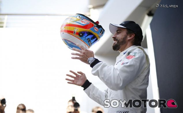 Fernando Alonso con su casco en Sepang - LaF1.es