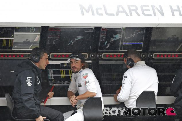 Alonso hablando con Andrea Stella en Japón - LaF1