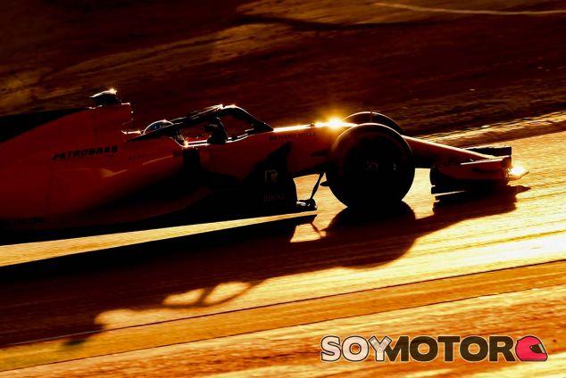 Fernando Alonso con el MCL33 en Barcelona - SoyMotor.com