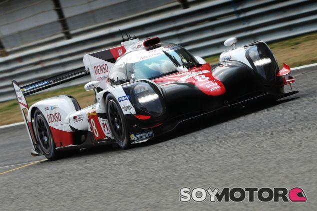 Alonso durante su test con Toyota en Baréin - SoyMotor.com