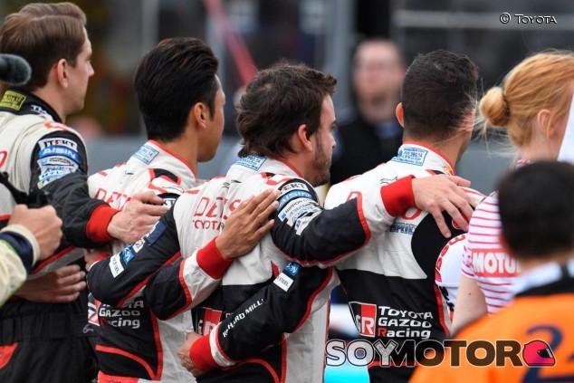 Fernando Alonso, con sus compañeros antes de la salida - SoyMotor