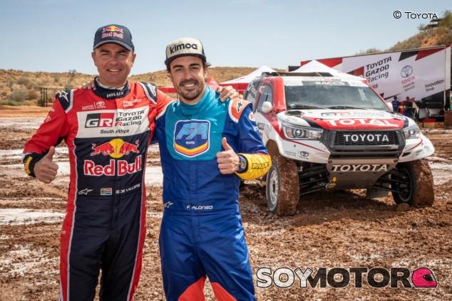 Fernando Alonso (der.) y Giniel de Villiers (izq.) - SoyMotor.com