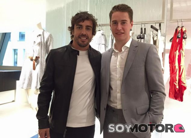 Fernando Alonso y Stoffel Vandoorne en un evento promocional de McLaren - LaF1